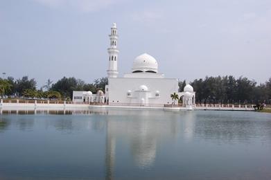 水に浮くモスク
