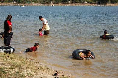 泳ぎを覚える子供たち