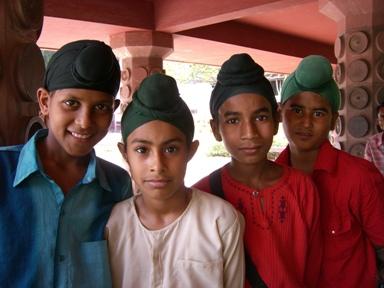頭のポッチがかわいいシク教徒の子供たち