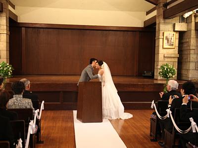 自由学園明日館ウェディング当日 挙式 誓いのキス