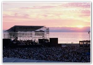 新潟市小針浜(青山海岸)での日本海夕日コンサートの様子