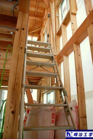 明治工学 ペット同居可貸家 階段を上る