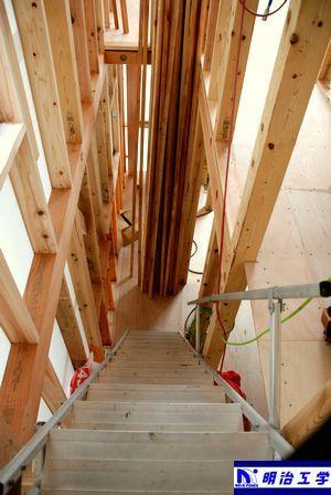 西区ペット同居住宅 新築現場 階段を下る