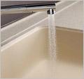 YAMAHAヤマハシステムキッチン『berry(ベリー)』水道水がシンクにあたる音は通常50dB(デシベル)。<br />           マーブルシンクはこれを約35dB(デシベル)まで抑える静音設計(画像)