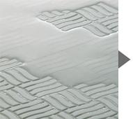 すべりにくく、水が乾きやすいSD(Safety & Dry)フロア。広がった水も速やかに流れ、数分後には溝の中に残る状態に。翌朝にはほとんど乾きます。ドライ&ミストII(選択アイテム)の乾燥機能を併用すればより効果的。溝も広めなのでお手入れがしやすい形状です。title=