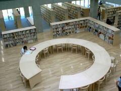 安藤忠雄設計 豊栄図書館1階内部