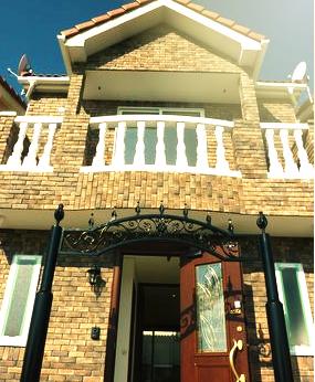 英国風欧風戸建 モルディングフェンス プリンセスベランダ ブリックタイルが特長