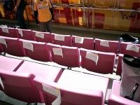 各座席の背もたれに張り紙が!