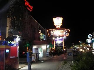 夜のホテルの前