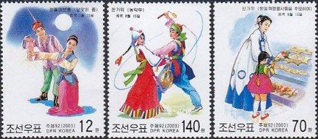 北朝鮮の民族舞踊と裕福な家庭の親子で買い物風景、少女達、月見風景を描く(北朝鮮、2003年)