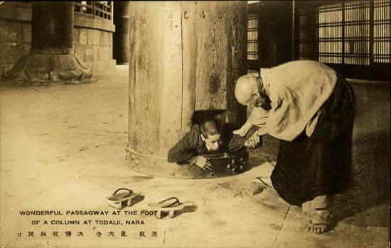古い絵葉書|奈良・東大寺大仏殿 くぐり抜け