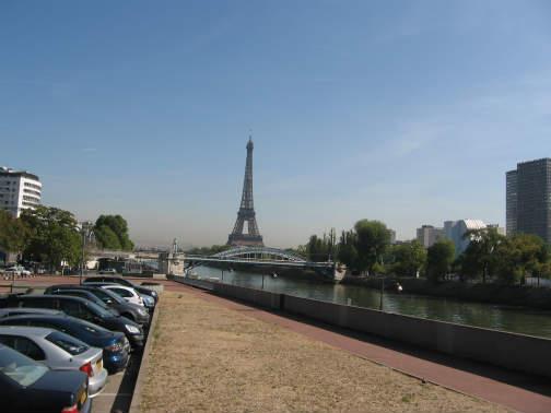 パリのエッフェル塔も見えます
