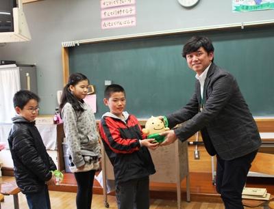 野市小学校4-3緑の募金の受け取り
