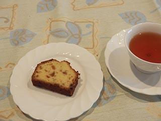 梅のケーキとお茶