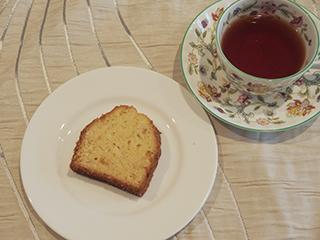 ココナッツのケーキとお茶