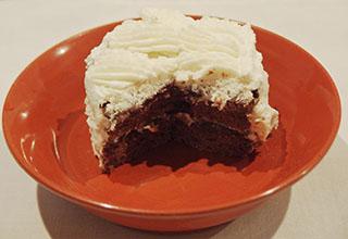 スポンジのチョコレートケーキ18122