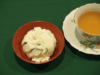 スポンジのチョコレートケーキとお茶1812