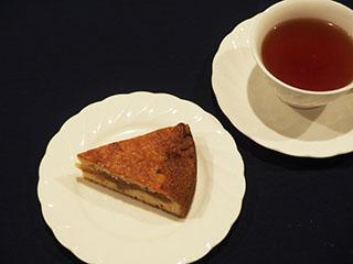 煮りんごのケーキとお茶1901