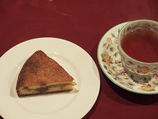 煮りんごのケーキとお茶1902