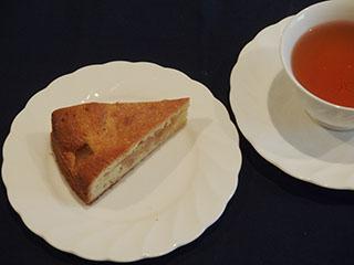 煮りんごのケーキとお茶2001