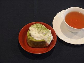 抹茶のロールケーキとお茶2001
