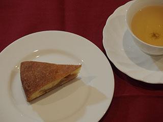 煮りんごのケーキとお茶2002