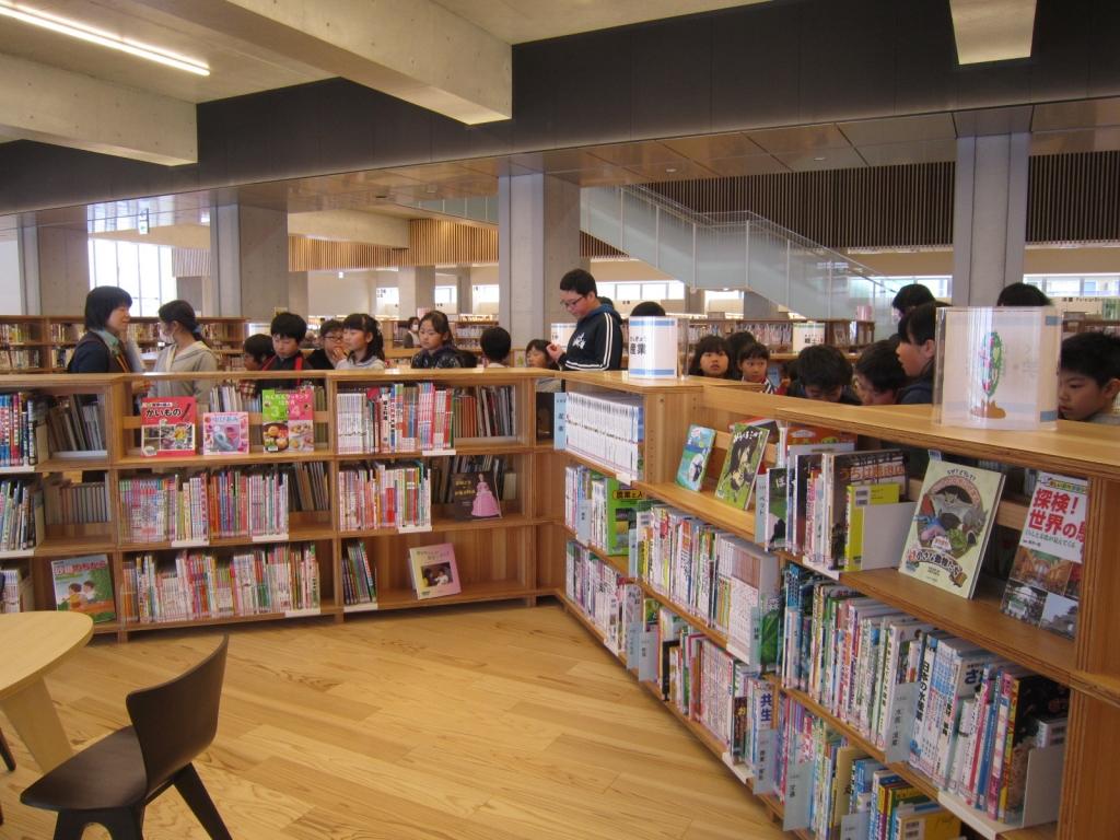 大崎市図書館児童書コーナー