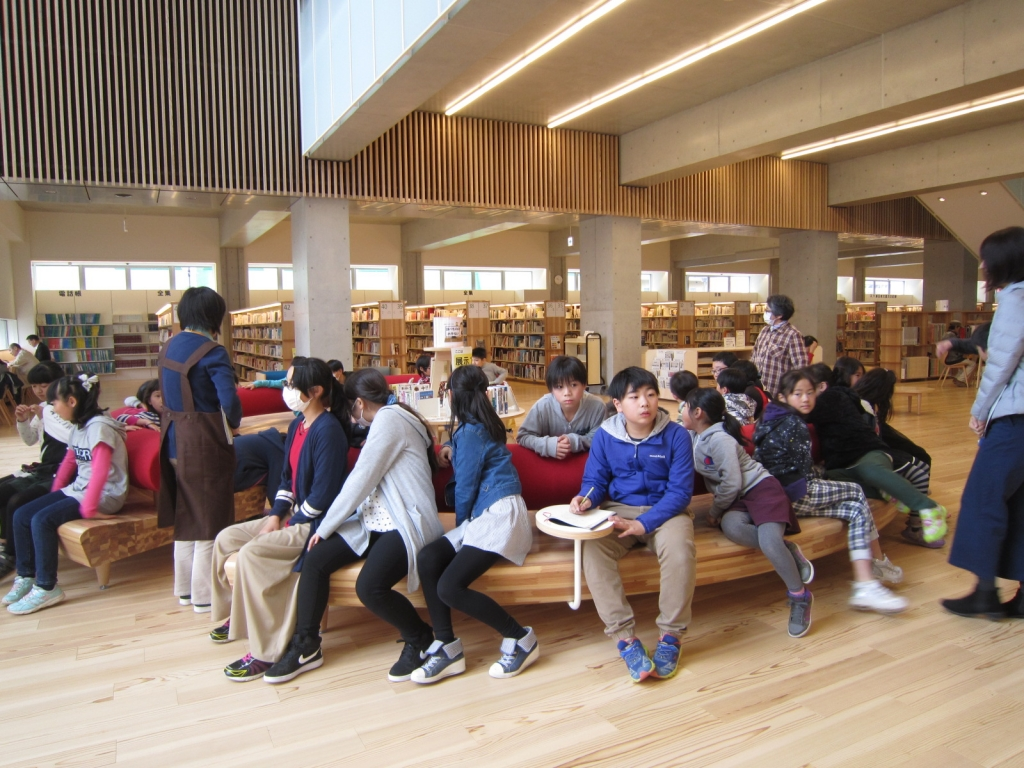 大崎市図書館ベンチ