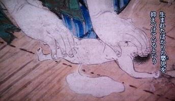 その図柄は産褥の女が鉢巻を締めて生まれたばかりの嬰児を抑えつけているという悲惨なものであった。