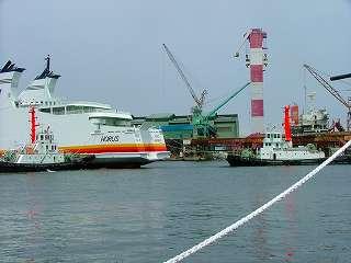 タグボートで大型船をドックに繋留させる作業風景