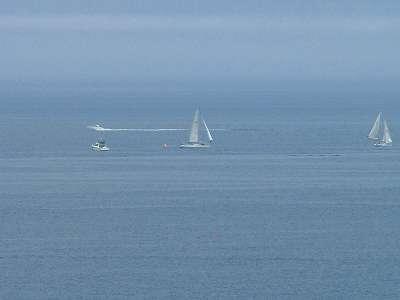 広い海原のヨット・・・どこへゆくのやら