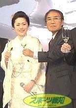 今年の3月、歌手の石川さゆり(右)の「デビュー35周年 感謝の宴」に出席した阿久悠さん