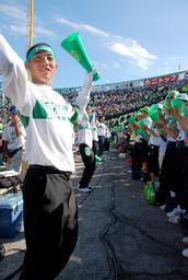 トレーナー姿で応援する宇治山田商の生徒たち