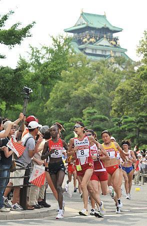 大阪城を背に力走する土佐
