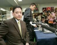 会見を終えて疲れた表情の坂田(右)と協栄ジム金平会長
