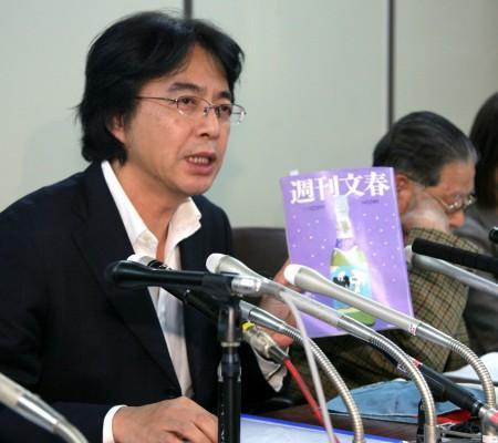週刊文春を手に会見する山路徹・APF通信社代表(左)と長井健司さんの父、秀夫さん
