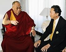 ダライ・ラマ14世と会談する鳩山