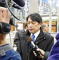 4日未明、テヘラン郊外の空港で、報道陣の取材に応じる小野寺副大臣
