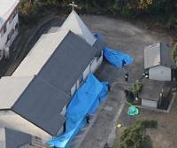 容疑者が自殺していた教会=長崎県佐世保市船越町で2007年12月15日午前8時39分本社ヘリから、田中雅之撮影