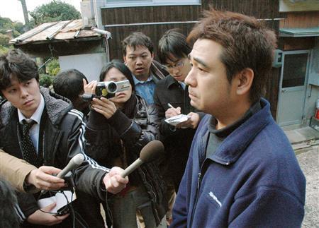 自宅前で取材に応じる、死亡した藤本勇司さんの弟重利さん=15日午後0時30分、長崎県佐世保市