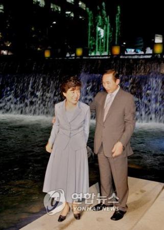 復元を終えた清渓川を視察する李明博候補と朴槿恵(パク・クネ)氏=(聯合)