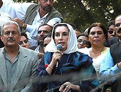 イスラマバードの自宅周辺に敷かれた非常線の前で支持者に囲まれ演説するブット元首相(中央)=2007年11月9日、栗田慎一撮影