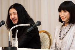 そろって会見するオダギリジョーさん(左)と香椎由宇さん=27日午後7時すぎ、東京都内のホテルで