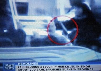 ベナジル・ブット元首相に銃を向けていたとされる身元不明の襲撃者