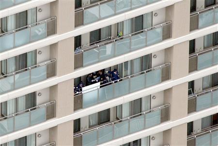 男性が衆議院赤坂宿舎から飛び降りた。男性が飛び降りた部屋を調べる捜査員 =9日午前11時37分、東京・港区、本社ヘリから