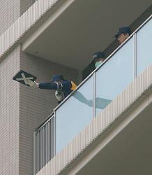 衆院議員宿舎を調べる捜査員ら=東京都港区赤坂で2008年1月9日午後0時25分、長谷川直亮撮影
