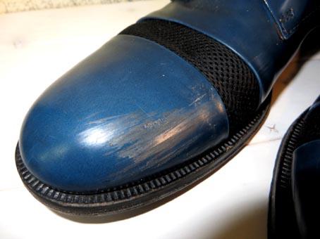 左足のカカトの内側で右足のつま先のイン側に傷が入っています。 傷を補修するのですが、根本的な原因(持ち主の歩き方の癖)をなんとかしなければまたなります。