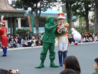 グリーンアーミーメンさんがダンサーさんとなんかやってた