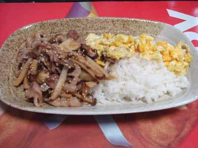 おうちごはん。 豚とゴボウときのこの焼き肉ごはん。 炒り卵添え。