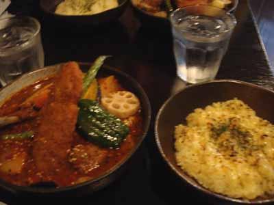 Rojiura Curry SAMURAI. パリパリチキンとフィッシュフライ&野菜カリィ 辛さ30番 手ごねラムボールトッピングとごはんに焦がしチーズトッピング